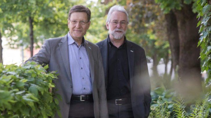 Machen wieder gemeinsame Sache: Rektor Hubert Stotter von der Diakonie und Caritasdirektor Josef Marketz lesen sozialkritische Bibel-Texte vor.