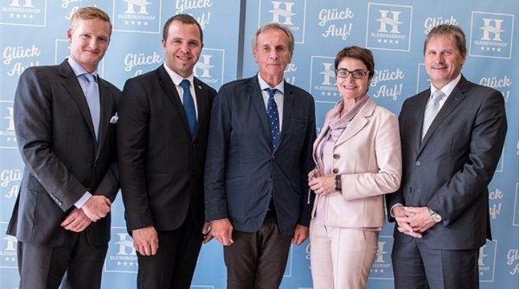 v.l.n.r.: Johannes Eder, Bürgermeister Christian Hecher, GD-Stv. Kurt Aust (PVA), LH-Stvin. Beate Prettner, Werner Hörner