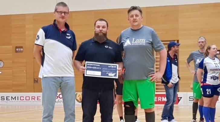 Herzschlag-Landessekretär Erich Hober (Mitte) nahm den Spendenscheck von Heimo Urschitz (VSV Unihockey, links) und Michael Obkircher (LAM Research) entgegen