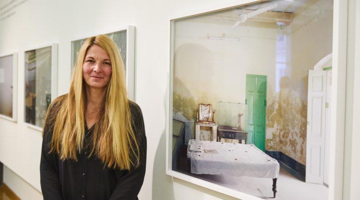 """Künstlerin Anja Bohnhof bei der Ausstellungseröffnung """"Tracking Gandhi"""" in der Stadtgalerie"""