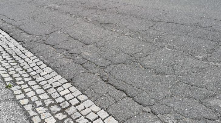 Die Straße in Nötsch weist bereits große Schäden und Mängel auf.