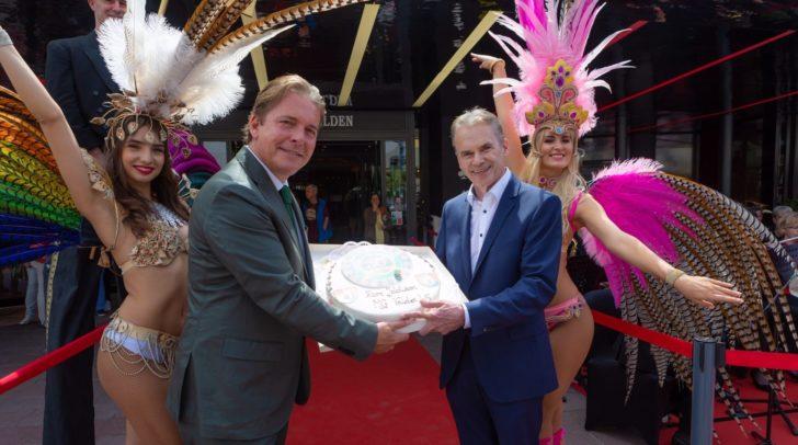 Casino Velden Direktor Paul Vogel und Veldens Bürgermeister Ferdinand Vouk mit der Jubiläumstorte.