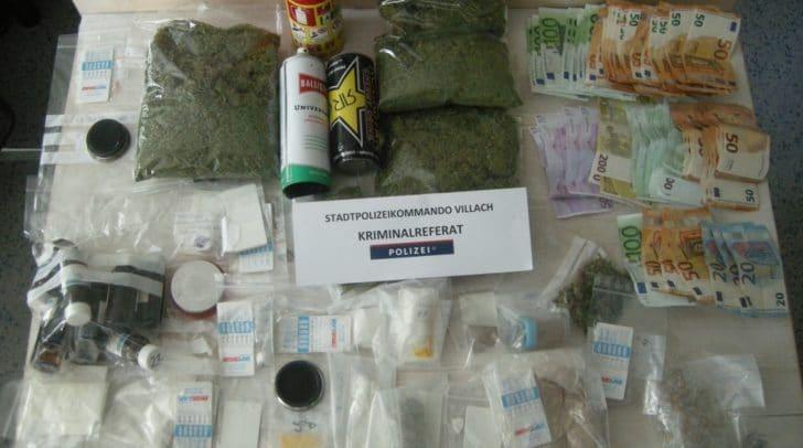 Drogen, Waffen und Bargeld wurden sichergestellt.