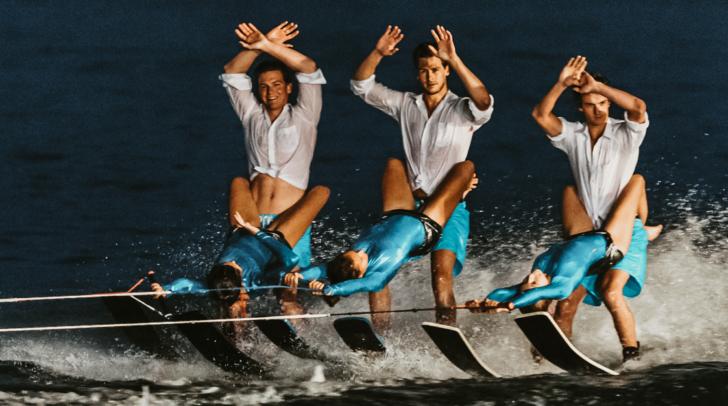 Mit akrobatischen Figuren und einem Feuerwerk am See wird den Zuschauern bei der Wasserschishow einiges geboten.