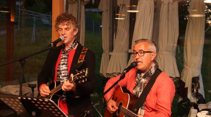 Wolfgang Unterlercher und Dominik Werginz (v.l.) spielten Musik über die Liebe und das Leben.