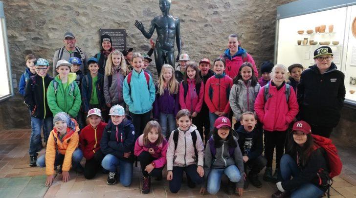 Die 3ten Klassen der Volksschule Nötsch zu Besuch auf dem Magdalensberg