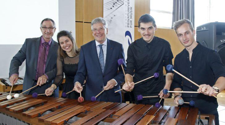 LH Peter Kaiser und Roland Streiner mit Musikstudenten bei der Präsentation der Gustav Mahler Privatuniversität
