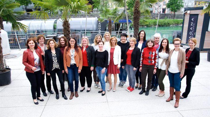 """Im """"Holiday Inn"""" in Villach wurden die Zertifikate an die 18 Absolventinnen des 14. Politikerinnen-Lehrgangs von LR Sara Schaar (3. von links) und Frauenbeauftrage Martina Gabriel (5. von links) überreicht."""
