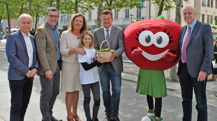 Stadtrat Christian Scheider mit Anita Manfreda und weiteren Vertretern des Klagenfurter Gemeinderates sowie der slowenischen Delegation.