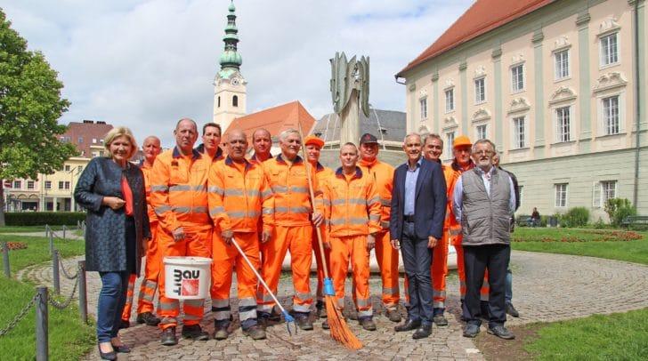 Bürgermeisterin Dr. Maria-Luise Mathiaschitz, Vizebürgermeister Jürgen Pfeiler und Valentin Zaussnig von der Straßenreinigung mit den neuen Hilfskräften.