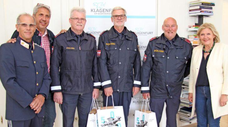 Bürgermeisterin Dr. Maria-Luise Mathiaschitz mit Manfred Poms, Helmut Treffer von der Personalvertretung der Polizei (v.l.) sowie den geehrten Polizisten.