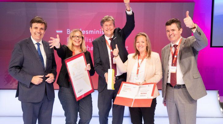 """Die Kategoriesieger """"Großunternehmen"""" BKS Bank AG, v.l.: Matthias Tschirf (Sektionschef, Bundesministerium für Digitalisierung und Wirtschaftsstandort), Petra Ibounig-Eixelsberger (Leiterin PR & Social Media; CSR-Beauftragte, BKS Bank AG), Dieter Kraßnitzer (Vorstandsmitglied, BKS Bank AG), Marion Jester (Qualitätsmanagement-Beauftragte, BKS Bank AG) und Franz-Peter Walder (Member of the Board, Quality Austria)"""
