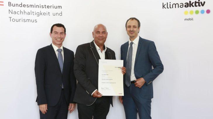 Unter den 11 ausgezeichneten Fahrschulen war auch die Villacher Fahrschule Gabriel. Günter Roth, Bild Mitte, nahm die Auszeichnung in Wien entgegen.