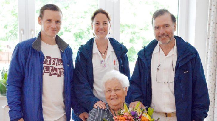 Das Team der Ambulanten Geriatrischen Remobilisation rund um Physiotherapeut Achim Herkner, Dr. Patricia Walentiny und OA Dr. Walter Müller, MSc. gratulierte der 1.000 Patientin Rosalia Schaffer mit einem Blumenstrauß.