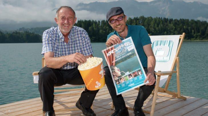 Gerhard Stroitz (Vorsitzender Tourismusverband) und Mag. Fritz Hock (Filmstudio und K3-Fimfestival) präsentieren das Programm des Kinosommers Drobollach (v.l.).