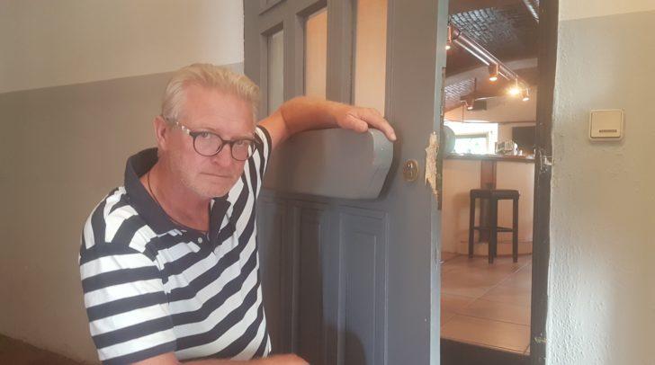 Der Betreiber des Cafes Hendrikus van den Broek ärgert sich über den Einbruch, sperrt sein Lokal jedoch heute ganz normal auf.