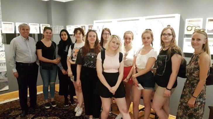 Alfred Plessin mit den Schülerinnen im Brillenmuseum