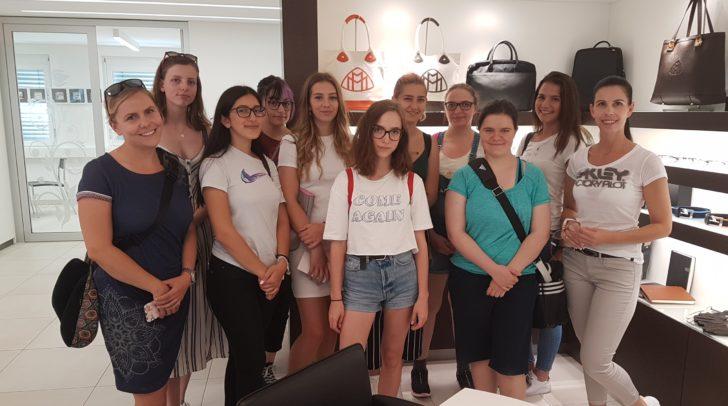 In Plessins Flagship Store wurde mit den Schülerinnen intensiv über das Thema Brille und Mode diskutiert.