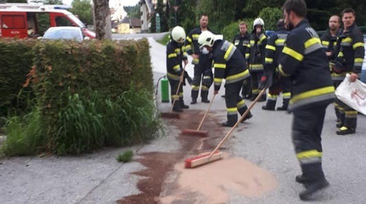 Die Einsatzkräfte der FF Latschach rückten aus, um die Ölspur auf der Gemeindestraße zu binden.
