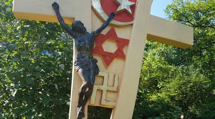 Mehreren 5-Minuten-Lesern fiel die Skulptur mit der Swastika auf.