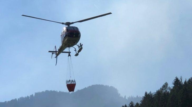 Auch ein Helikopter ist im Einsatz.