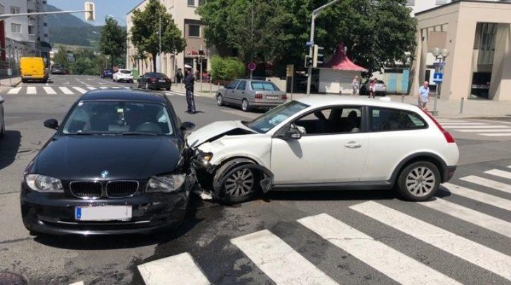 Die Unfallursache ist derzeit noch nicht bestätigt, an beiden Fahrzeugen enstand jedoch Totalschaden.