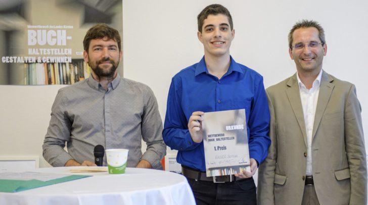Stadtrat Mag. Franz Petritz und GR DI Elias Molitschnig mit Samuel Kaiser, der den 1. Preis überreicht bekam.