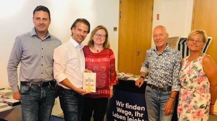 KGKK-Bereichsdirektorin DI Elke Jenkner und Dr. Rüdiger Dahlke mit MitarbeiterInnen der maierhofer Gruppe.