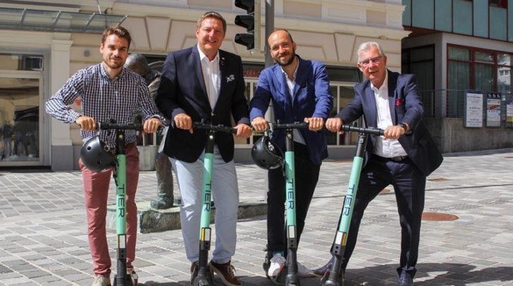 E-Scooter neu in Villach: Jakob Orgonyi (TIER), Bürgermeister Günther Albel , Daniel Fuchs-Bauer (TIER), Verkehrs-Stadtrat Harald Sobe (v.l.)