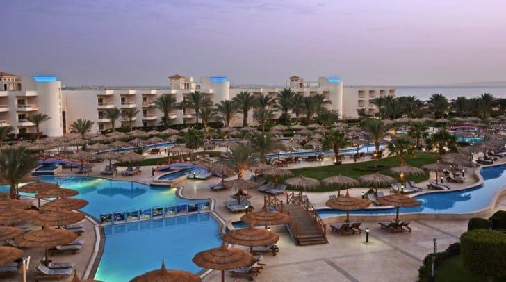 Das Hilton Long Beach Resort liegt direkt im Schnorchelparadies am Roten Meer.