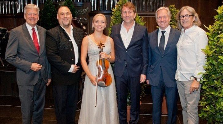LH Peter Kaiser mit Musikern und den Veranstaltern Michael Springer und Günther Trachmann.