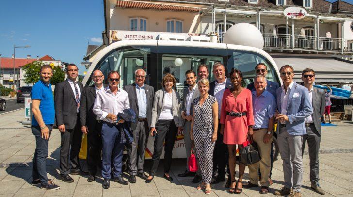 Praxistest autonomes Fahren mit der Oberbürgermeisterin von Köln, Henriette Reker, der Kölner Delegation, Landesrat Sebastian Schuschnig und SURAAA-Projektleiter Walter Prutej.
