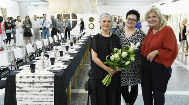 Bürgermeisterin Dr. Maria-Luise Mathiaschitz gratuliert Marlies Liekfeld-Rapetti gemeinsam mit Galerieleiterin Mag. Beatrix Obernosterer zum 80. Geburtstag und zur gelungenen Ausstellung.