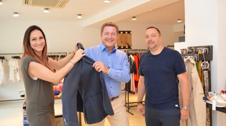 Viele Top-Marken auf rund 200 Quadratmeter: Bürgermeister Günther Albel mit Inhaber Oliver Hönlein und Gattin Chantal Hönlein.