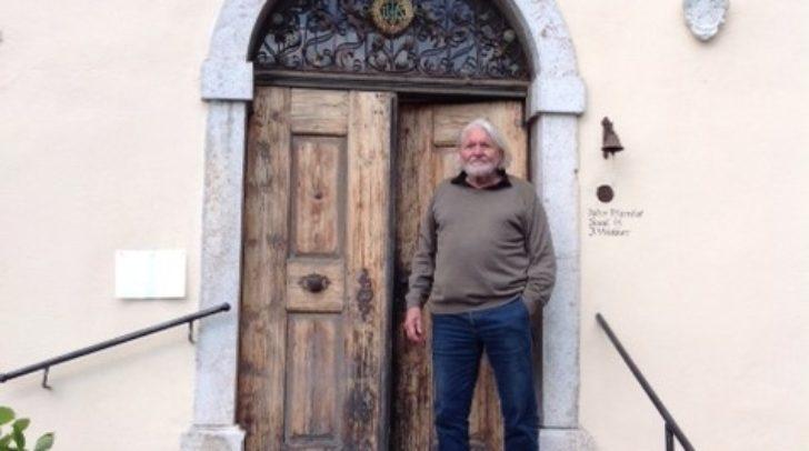 Künstler Peter Krawagna vor dem Alten Pfarrhof.