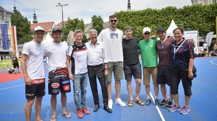"""Besuch """"Tag des Sports""""; Neuer Platz Klagenfurt. Xandi Huber, Simon Frühbauer , Arno Arthofer, LH Peter Kaiser , Rašid Mahalbašić, Michi Raffl , Franz Wilfan, Thomas Koch, Karin Frühbauer"""