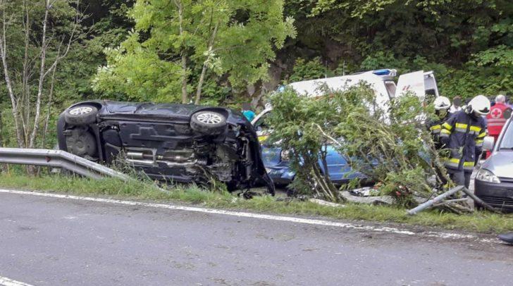 Die Lenkerin wurde leicht verletzt, am PKW entstand ein Totalschaden.