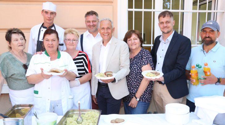 Vizebürgermeister Jürgen Pfeiler mit dem Organisationsteam des Lindenfestes bei der Klagenfurter Volksküche