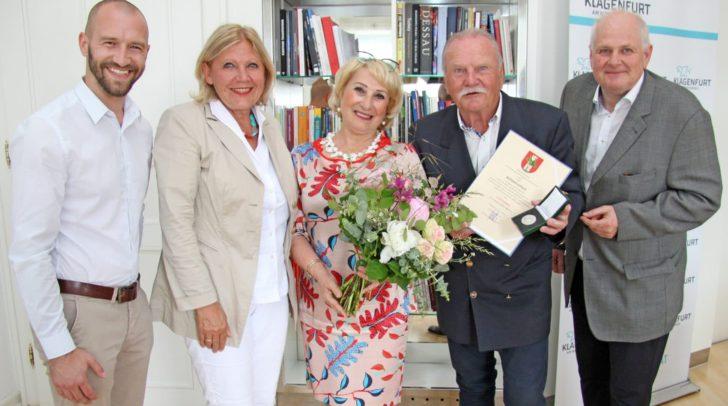 Bürgermeisterin Dr. Maria-Luise Mathiaschitz ehrte Willy Jellitsch, der mit Lebenspartnerin Ramonda, Enkler Michael Unterweger und seinem besten Freund Peter Wenig ins Rathaus gekommen war.