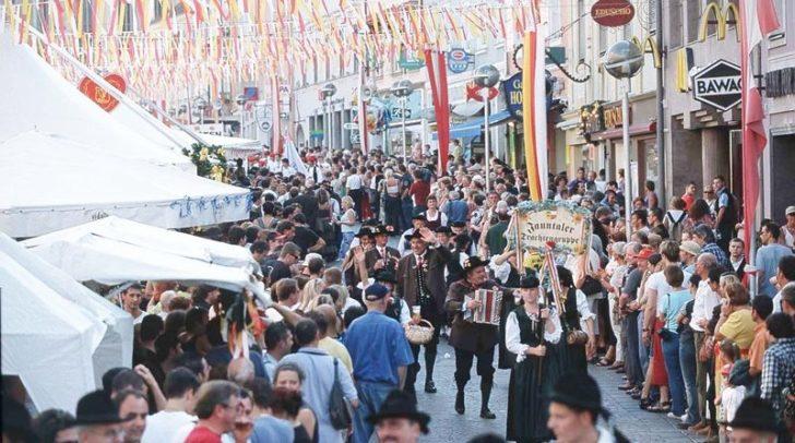 Blick auf den traditionellen Trachtenumzug beim Villacher Kirchtag.