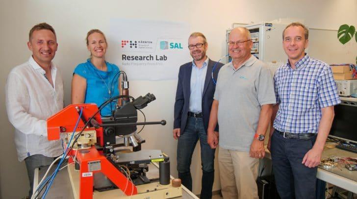 Mit der Unterzeichnung des Kooperationsvertrags zwischen SAL und der FH Kärnten leisten die Partner einen wichtigen Beitrag für die Weiterentwicklung von Hochfrequenztechnologien.