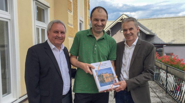 Bürgermeister Ferdinand Vouk und Kulturreferent Dietmar Piskernik gratulieren Bernhard Teppan.