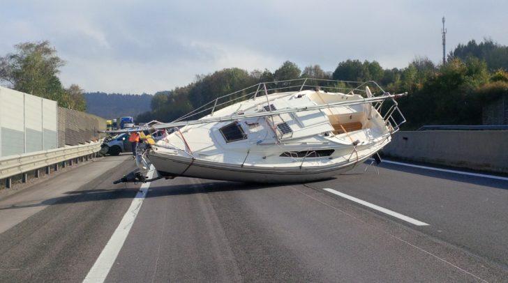 Die Mitarbeiter der ASFINAG müssen oft ungewöhnliche und große Gegenstände von der Autobahnen bergen.