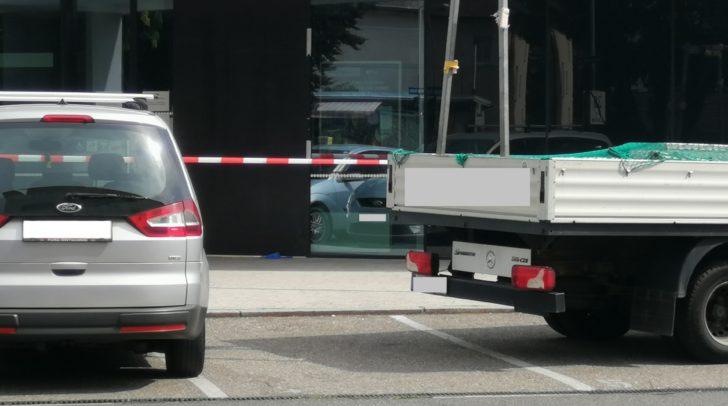 Die Glastüre der Bankfiliale wurde bei dem Aufprall des Autos zertrümmert.