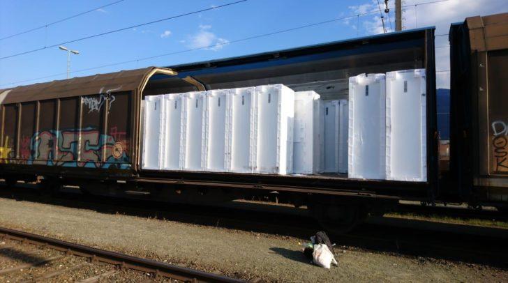Beamten fanden zwischen im Wagon geladenen Kühlschränken elf Personen.