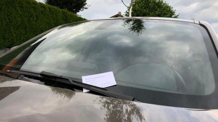 Selbstgeschriebene Zettel informieren darüber, dass das Parken hier nicht erlaubt ist. Das wird jedoch derzeit geprüft.