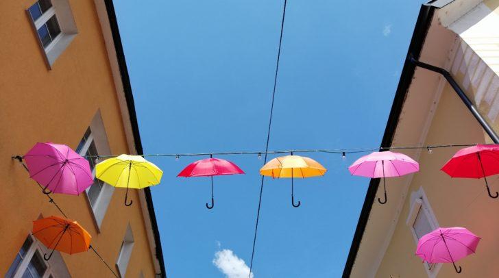Bunte Häuserfassaden – bunte Schirme. Gute Kombination (c) 5min.at