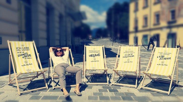 Probe liegen auf den neuen, frechen Liegestühlen des Stadtmarketings. Zu erwerben im Stadtmarketing-Büro auf dem Hans-Gasser-Platz um 69 Euro das Stück.