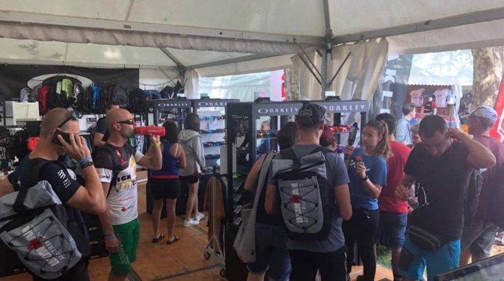 IRONMAN Expo 2019: Am Oakley Stand tummeln sich bereits viele Sportfans.