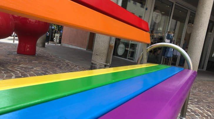 Auch in Villach steht bereits eine Regenbogenbank als Zeichen für mehr Toleranz und Vielfalt.